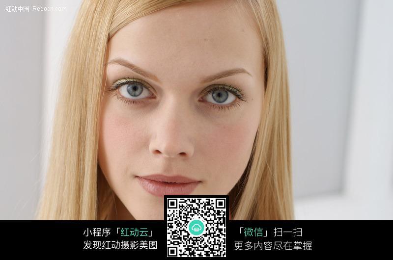 外国金发美女脸庞特写图片