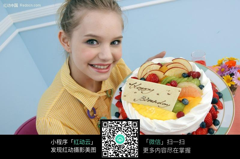 捧蛋糕的外国女子图片