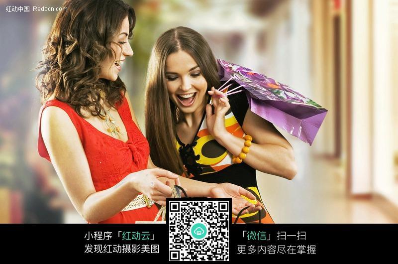 两个互相交流的购物美女图片