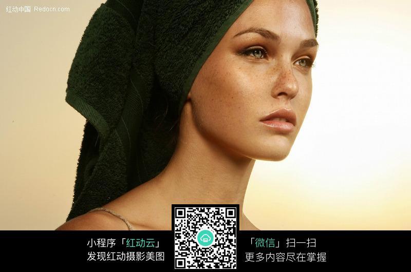 包头巾的外国女子图片