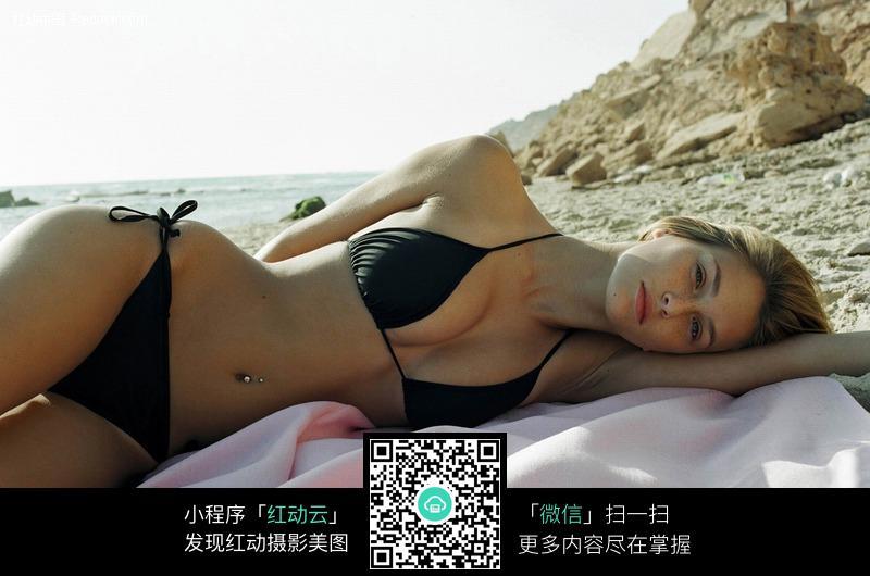 侧躺在沙滩上的泳衣美女图片