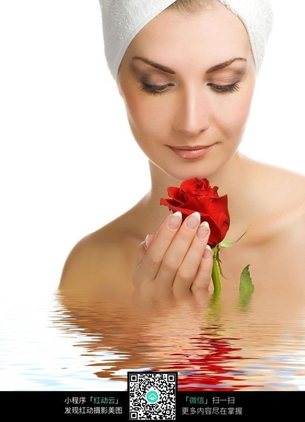 手捧玫瑰的spa美女图片