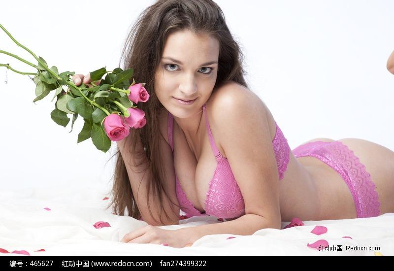 趴在床上拿着玫瑰的内衣美女图片