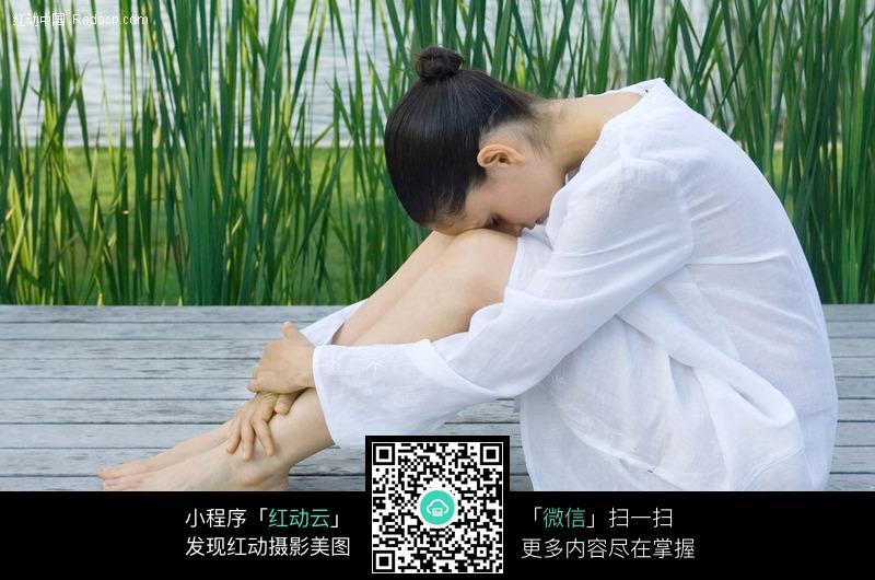 抱腿低头的外国美女图片