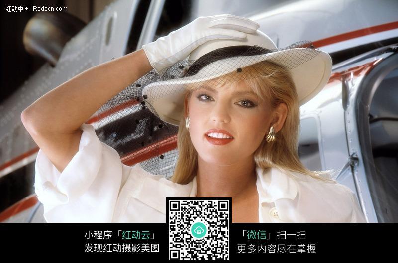 戴白礼帽的外国美女图片