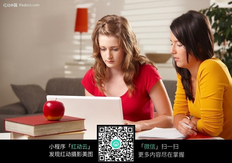 对着笔记本电脑学习的外国美女学生图片