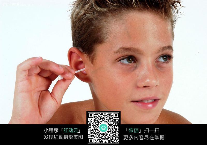 掏耳朵的外国小男孩图片