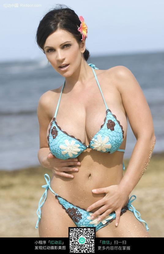 双手摸肚子的外国泳衣美女图片