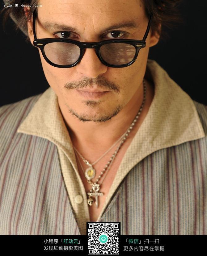 戴眼镜的外国男人图片