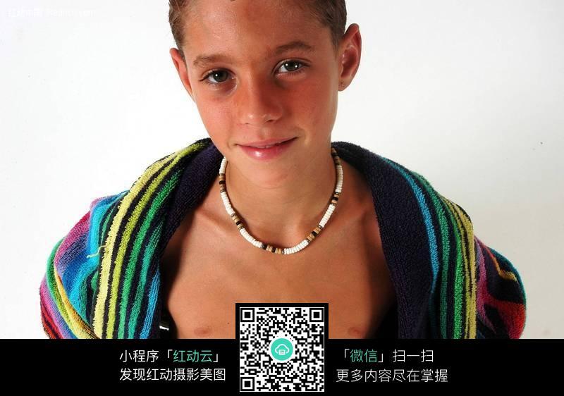 披毛巾微笑的外国小男孩图片