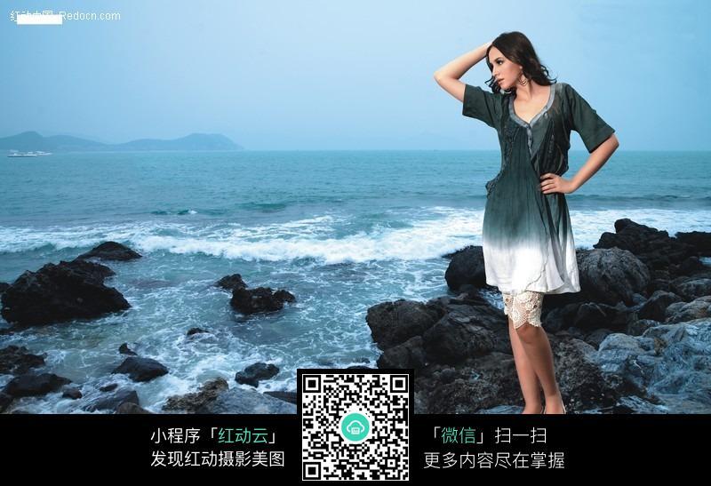 站在海边的美女图片_女性女人图片