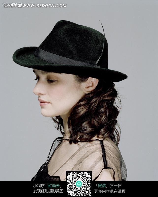 侧身戴礼帽的外国性感美女图片