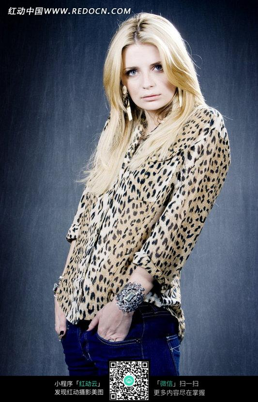 穿豹纹上衣的外国美女图片