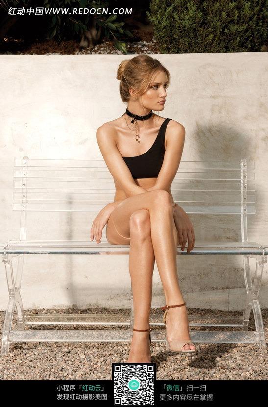 坐在透明椅子上的外国内衣美女图片