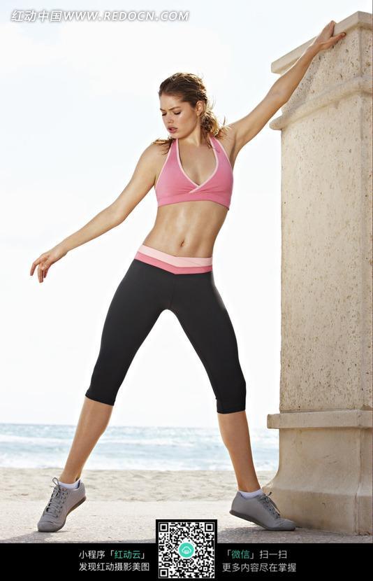 海边石柱边上健身的外国美女图片