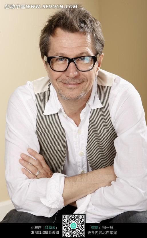 戴眼镜微笑的外国男人图片