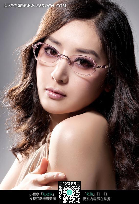 戴眼镜的东方美女图片