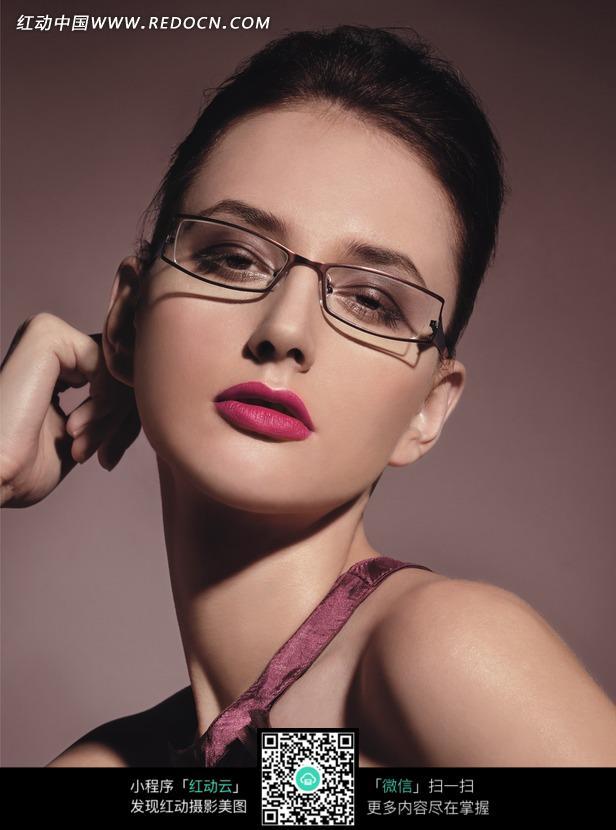 手扶耳朵的外国眼镜美女图片