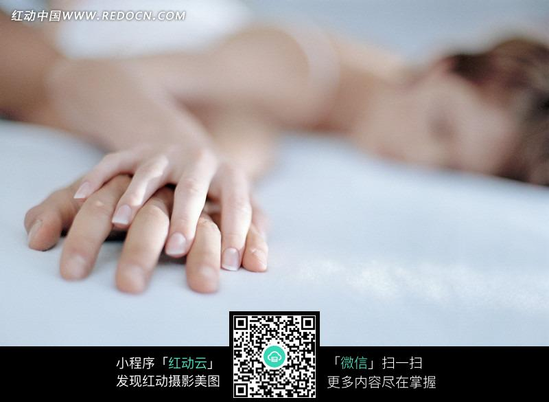 情侣 握手 手贴着手 手叠着手 夫妻 恋人 亲密 床 睡 休息 睡衣 做梦 躺