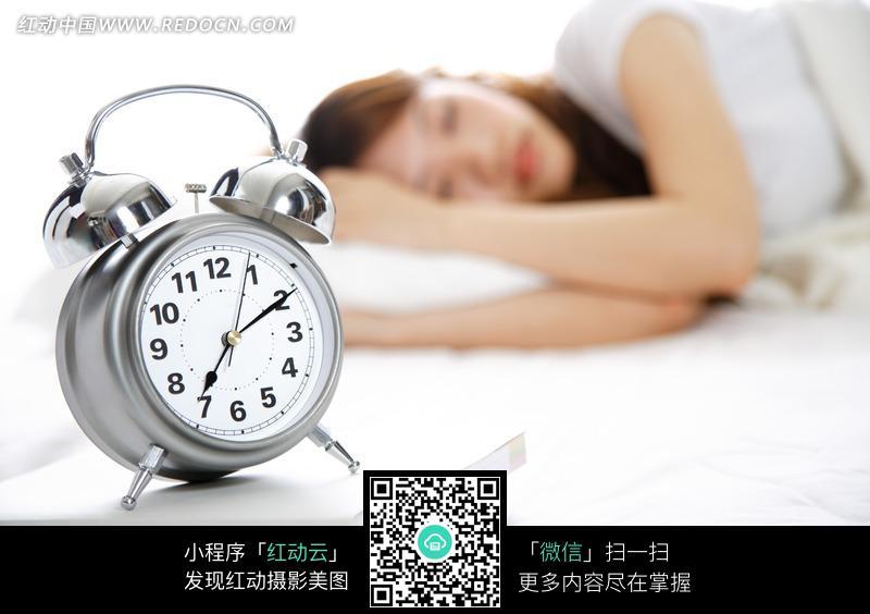 睡觉的美女和闹钟图片