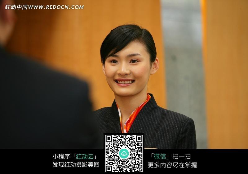 对顾客微笑的前台美女图片