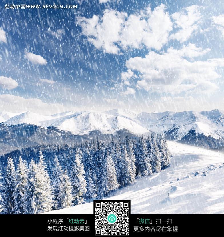 雪山下雪风景图片