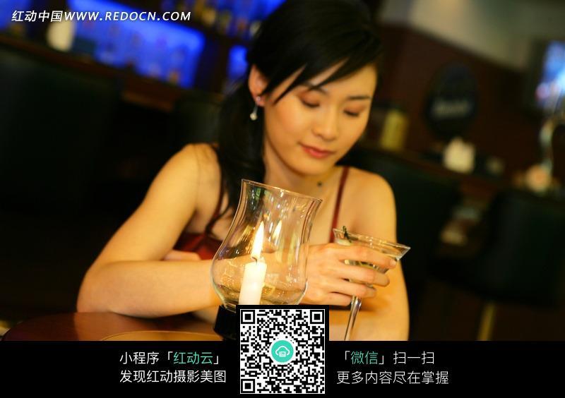 酒吧女被下药视频_酒吧内喝酒美女图片