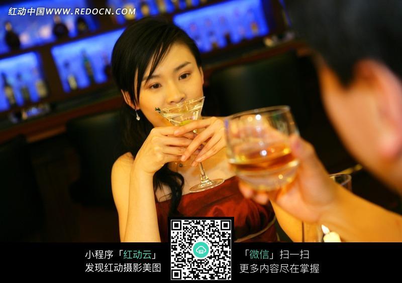在酒吧饮酒的男人和女人图片