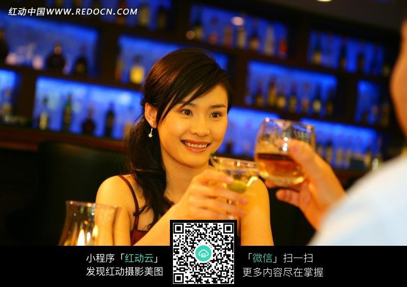 酒吧喝酒图片