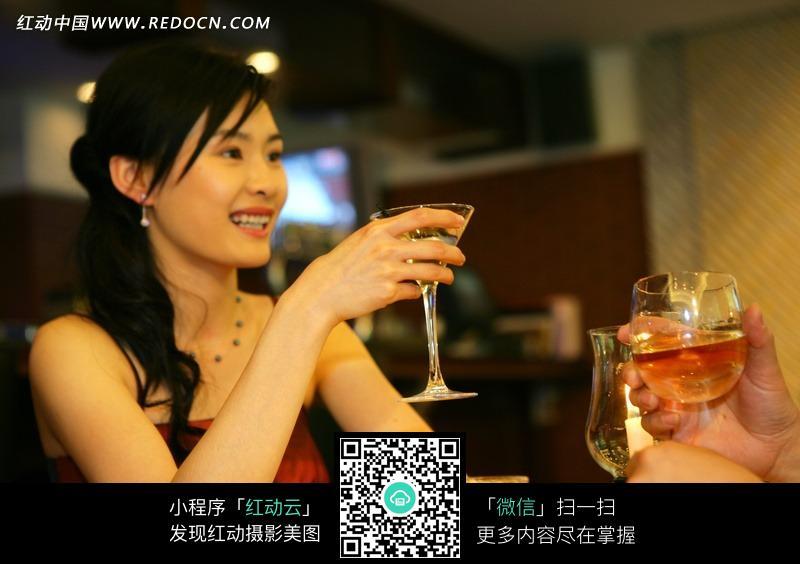美女酒吧喝酒图片图片