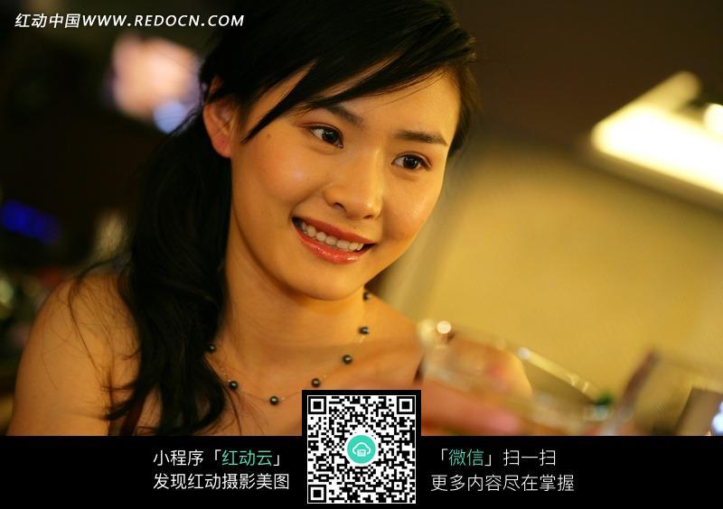 喝酒的微笑美女图片