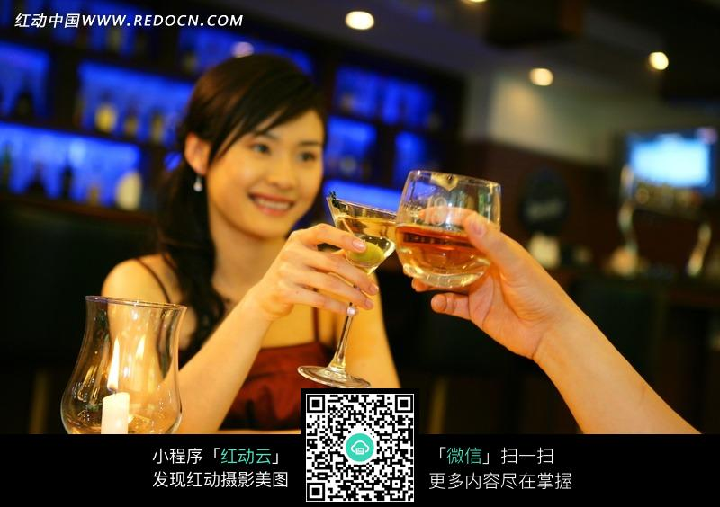 酒吧喝酒碰杯的女人图片
