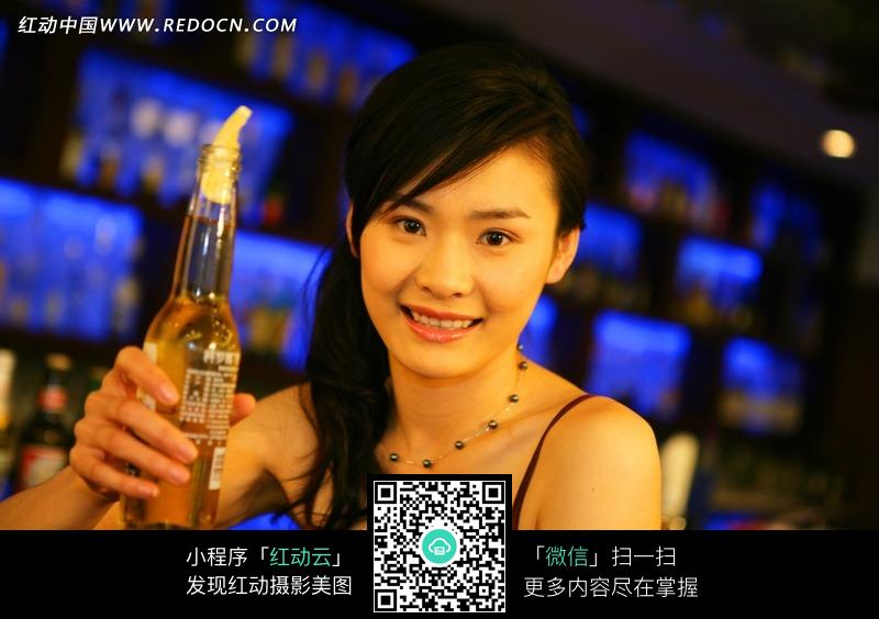 美女喝酒图图片
