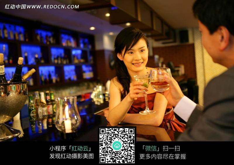 情侣喝酒干杯图片素材