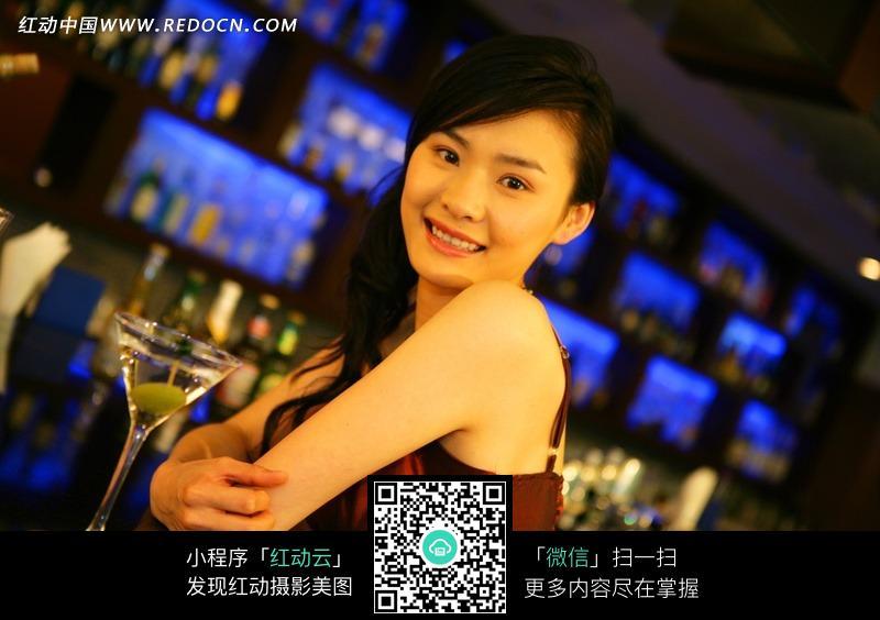 酒吧微笑的美女图片 日常生活图片