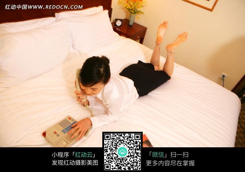趴在床上打的美女摄影图片