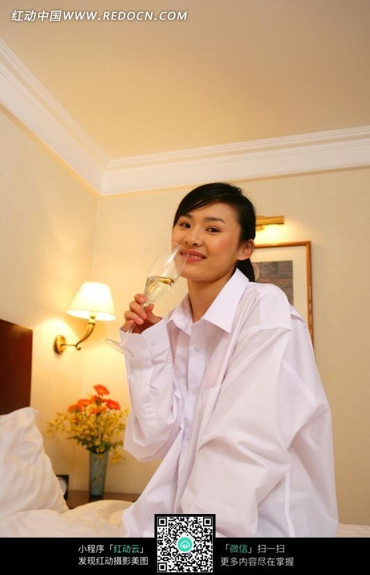 穿衬衣喝香槟的美女图片