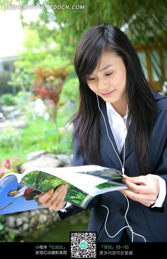 听音乐看杂志的美女图片