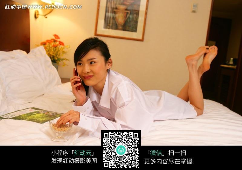 趴在床上吃零食的美女图片