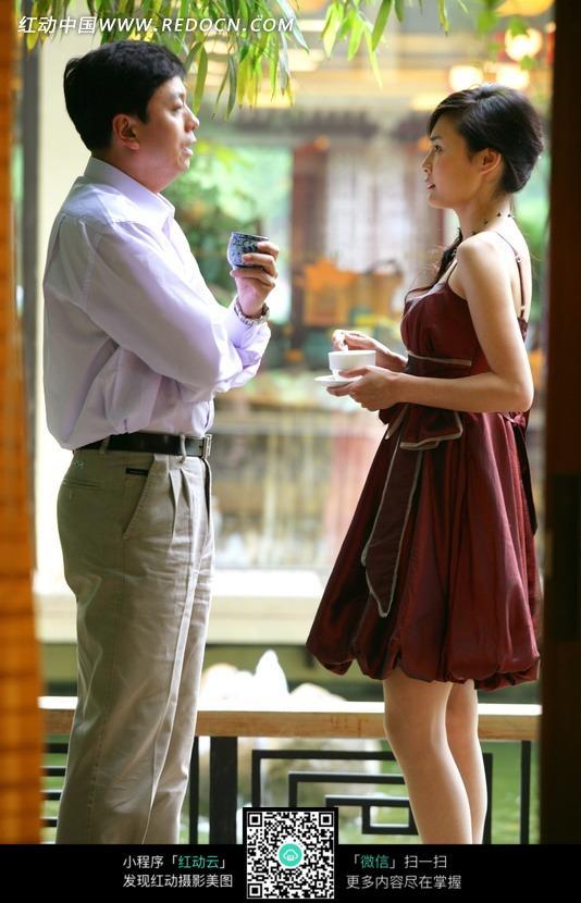 中年男人和年轻女人正在交流图片