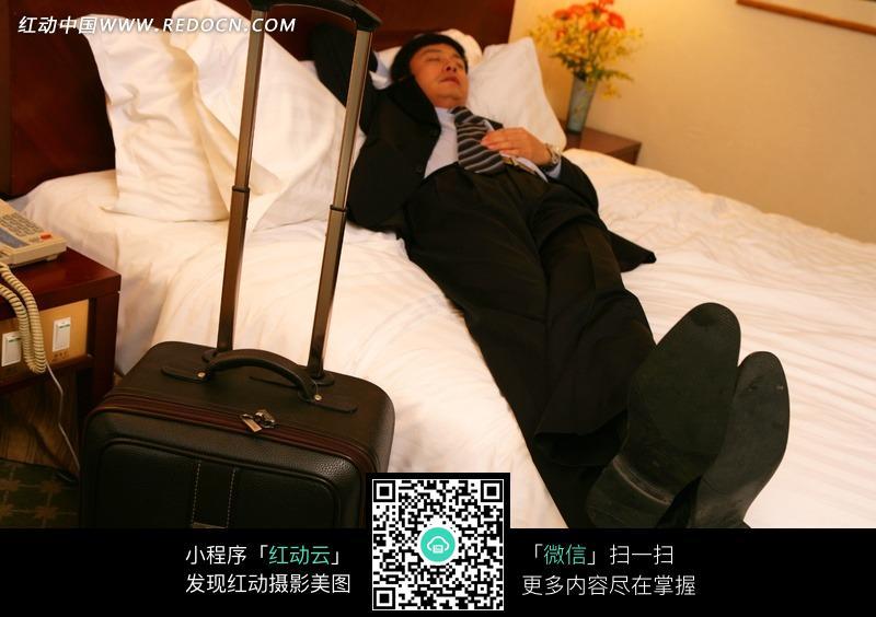 酒店客房休息的男人