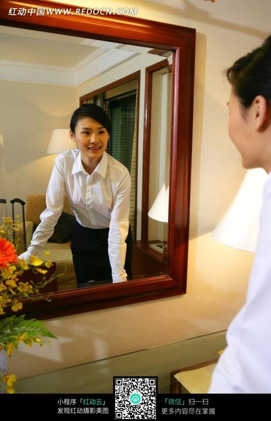 镜子里的美女图片 日常生活图片