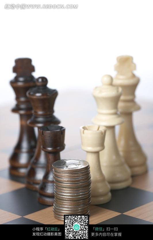 棋盘上的国际象棋棋子和硬币图片图片