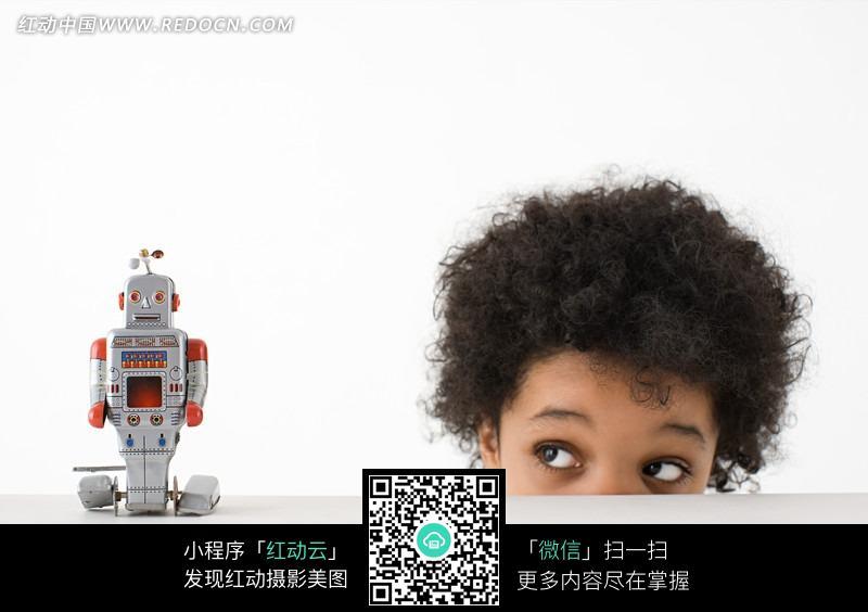 正在玩玩具机器人的小孩