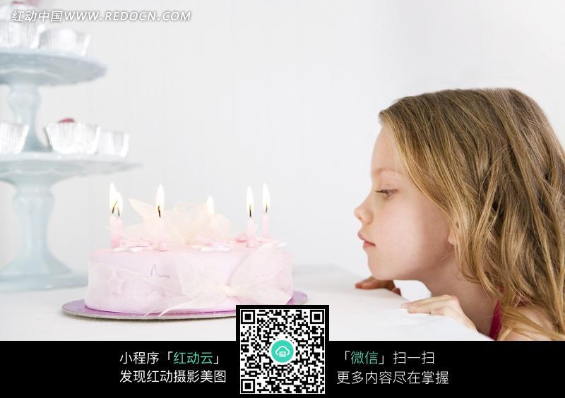 免费素材 图片素材 人物图片 儿童幼儿 望着蛋糕的外国小女孩  请您