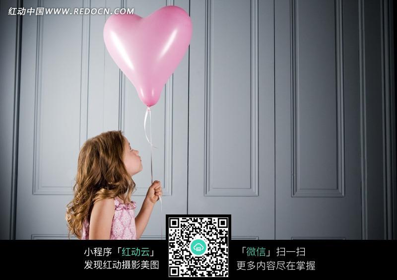 拿心形气球的外国女孩,编号是544509,文件格式jpg,您下载的是一个压缩
