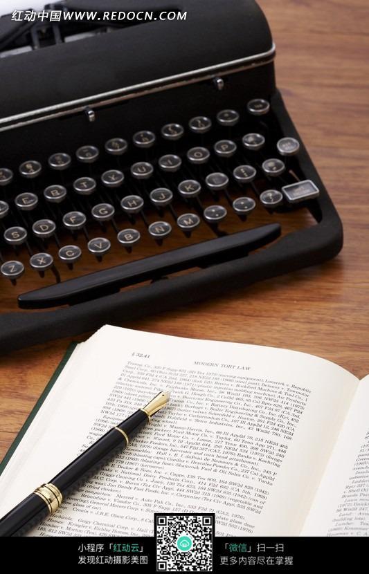 桌面上的钢笔书本打字机图片