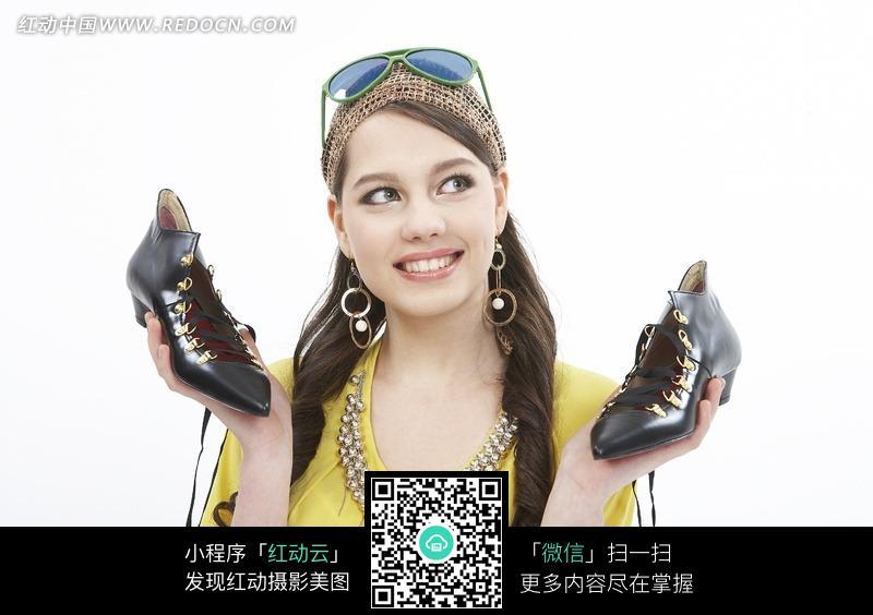 拿着鞋子的外国女孩图片