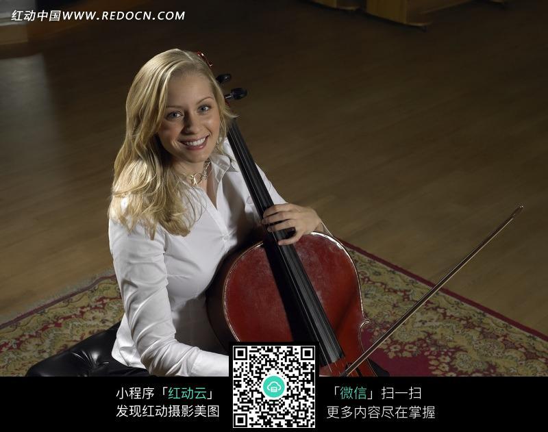 拉大提琴的白人美女图片