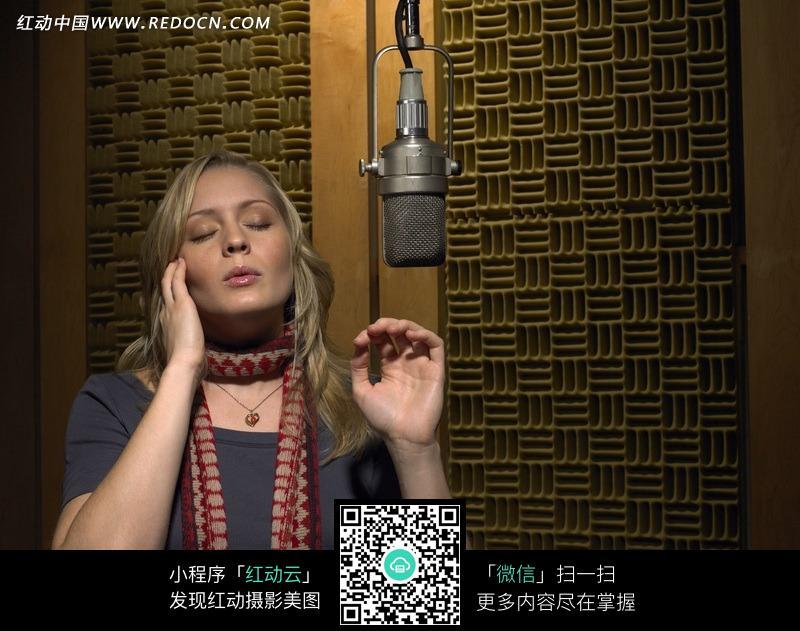 认真唱歌的外国美女图片 影音娱乐图片